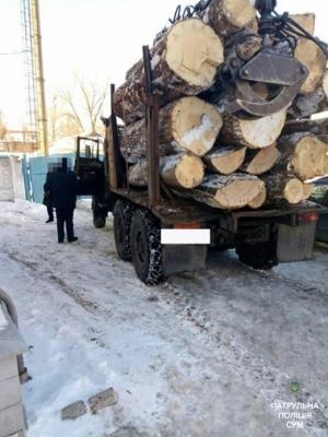 Вантажівку з лісом без документів затримали на Буковині
