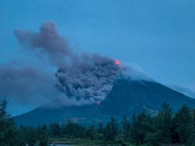 Через виверження вулкану довелося евакуювати майже 90 тисяч людей