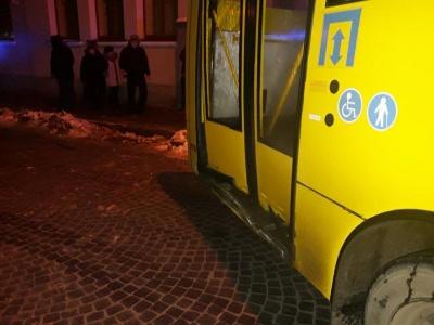 Поліцейське авто врізалося в маршрутку в Чернівцях