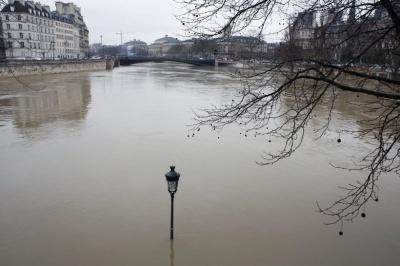 У Парижі через повінь евакуювали 1500 осіб