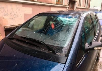 У Чернівцях шматок цегли впав на «Мерседес»: у автівки тріснуло лобове скло