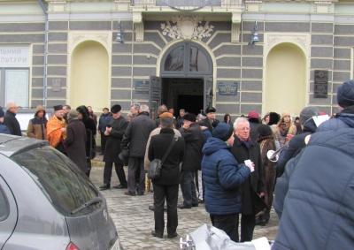 У Чернівцях кілька сотень жителів попрощалися з відомою викладачкою музики Тамарою Шкурган (ФОТО)