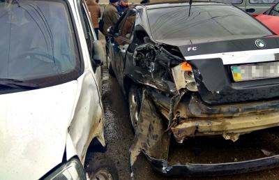 У Чернівецькій області зіткнулися три автомобілі, один з водіїв травмований (ФОТО)