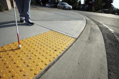 У мерії Чернівців повідомили, які зупинки і проїзди планують облаштувати тактильною плиткою для зручності незрячих