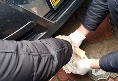 У Чернівецькій області правоохоронці затримали держвиконавця на хабарі 1700 доларів