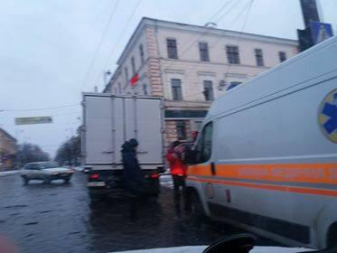 У Чернівцях карета швидкої допомоги врізалась у вантажівку (ФОТО)