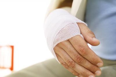 У Чернівецькій області працівник деревообробного підприємства отримав важку травму руки