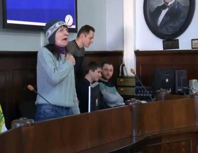 У Чернівцях місцева жителька зірвала сесію міськради неадекватною поведінкою