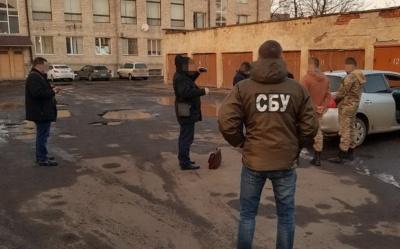 У Чернівецькій області СБУ затримала на хабарі 1,5 тис доларів посадовця і голову сільради