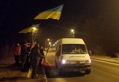 У Чернівецькій області волонтери навколішки зустріли тіло бійця «Донбасу», який загинув у АТО