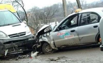 У Чернівецькій області таксі зіткнулось із двома автівками: водія госпіталізували