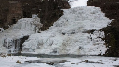 Замерз найбільший рівнинний водоспад України: неймовірні фото