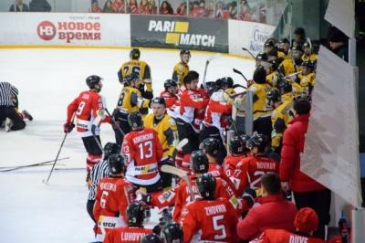 Українські хокеїсти влаштували масову бійку під час гри: фото, відео