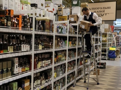 На українців очікує чергове подорожчання алкоголю та цигарок