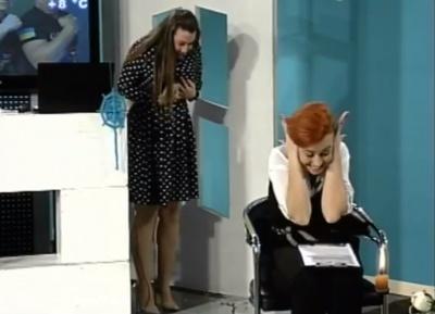 Курйоз у прямому ефірі: ведуча каналу «Буковина» впустила на підлогу нагороду гостей передачі (ВІДЕО)