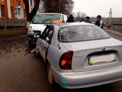 На Буковині двоє водіїв постраждали внаслідок зіткнення легковика з двома «бусами»