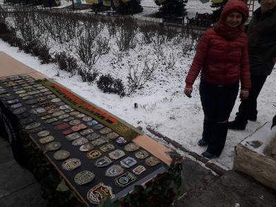 «Велика українська хода»: у центрі Чернівців волонтери розгорнули прапори з передової