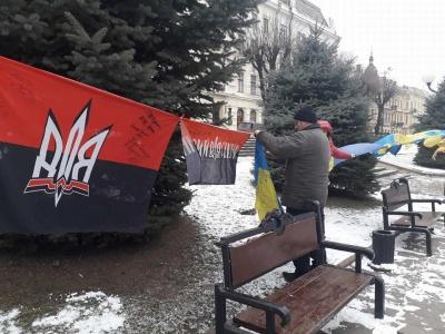 Чернівчани залишають підписи на прапорі, який представлятиме місто у зоні АТО