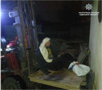 В Одесі врятували чоловіка, який примерз до даху будинку