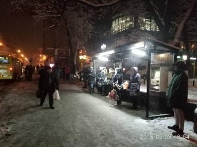 У Чернівцях комунальники облаштовують освітлення на зупинках громадського транспорту (ФОТО)