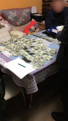 У Чернівцях адвокат вимагав 6 тисяч доларів хабара (ФОТО)