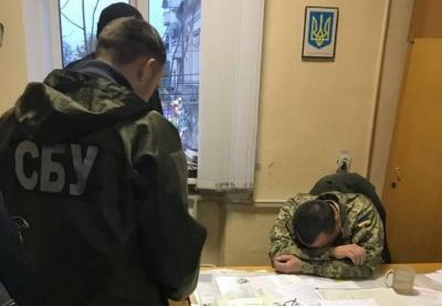 Суд оштрафував заступника військового комісара Чернівців, якого затримали на хабарі 2 тис доларів