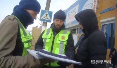 У Чернівцях інспекція благоустрою склала протоколи на двох посадовців Калинівського ринку через товар на тротуарах