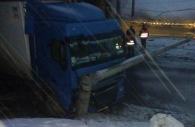 У Чернівцях вантажівка врізалась в електроопору, заблокувавши рух транспорту на вулиці Хотинській