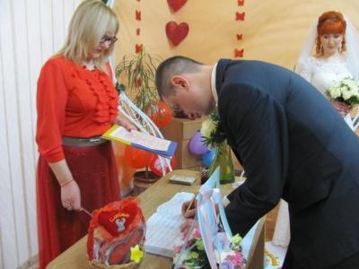 У Чернівцях у день закоханих одружилися 23 пари (ФОТО)