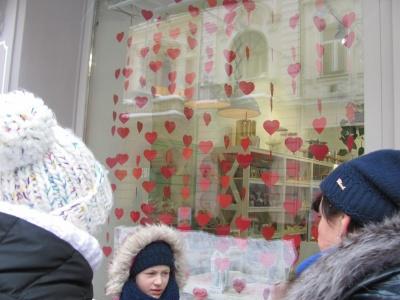 У Чернівцях до Дня Валентина магазини прикрасили свої вітрини сердечками і святковими кульками (ФОТО)
