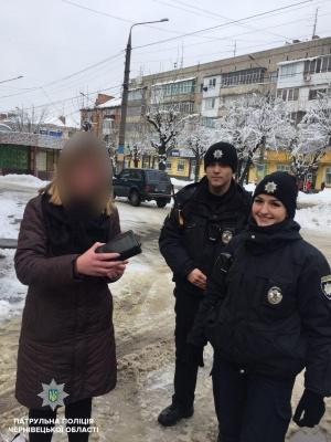 У Чернівцях поліцейські знайшли власницю загубленого гаманця, який знайшли небайдужі жителі