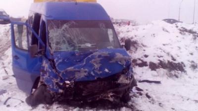 Легковик влетів в автобус з дітьми поблизу Києва: є загиблі