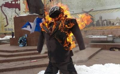 У центрі Чернівців прихильники Саакашвілі спалили опудало Порошенка