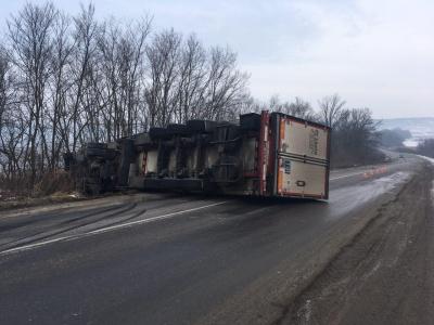 У поліції прокоментували ДТП з «фурою», яка перекинулась на трасі «Чернівці - Київ»
