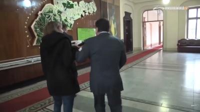 Начальник поліції Буковини штовхнув журналістку після її запитання про співпрацю зі ЗМІ