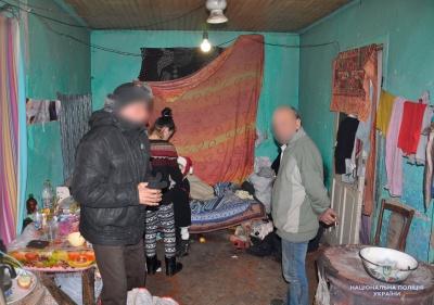 Бруд, лахміття й сморід. У поліції Буковини прокоментували виявлення будинку з безхатьками