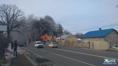 На трасі «Чернівці–Снятин» палає овочевий магазин біля церкви села Мамаївці (ВІДЕО)
