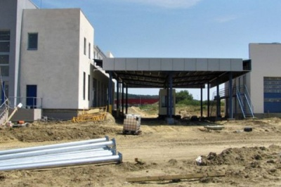 Незавершені будівлі оточені сміттям: ЄС закриває проект модернізації КПП на кордоні, в тому числі й на Буковині
