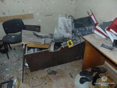 Поліція через 1,5 місяці після вибуху гранати у податковій Чернівців оприлюднила фото з місця пригоди