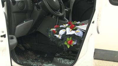 У Чернівцях невідомі особи побили автомобіль місцевого підприємця й залишили на сидінні похоронний вінок
