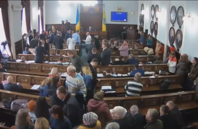 У Чернівцях група мешканців заблокувала депутатам вихід із сесійної зали