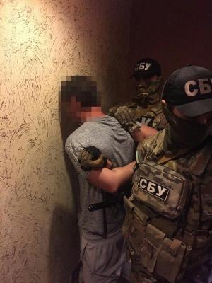 З'явилися фото із затримання зловмисника, який за кошти з РФ планував підпалити дві школи на Буковині
