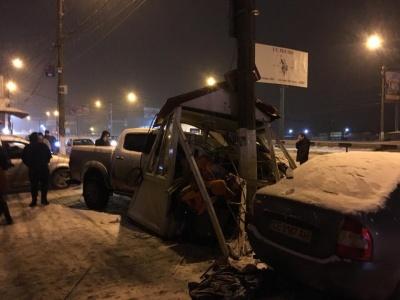 У Чернівцях позашляховик розтрощив будку з паркувальником на Калинівському ринку: постраждалих немає