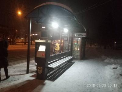 У Чернівцях комунальники продовжують встановлювати освітлення на зупинках громадського транспорту