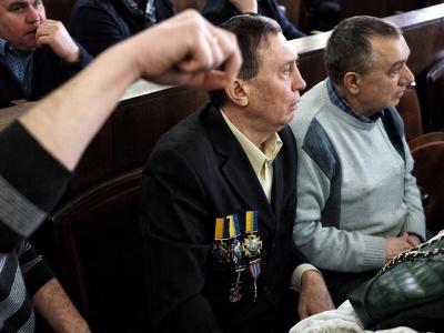 Мережу «підірвало» фото із чернівчанином, який прийшов на сесію міськради, начепивши на себе медалі