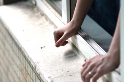 У Чернівцях медики госпіталізували чоловіка, який випав з вікна на 4 поверсі будинку