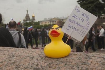 У Санкт-Петебурзі чоловіка арештували за надувну качку у вікні