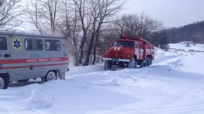 На Буковині рятувальники витягли із замету швидку, яка їхала до пацієнта