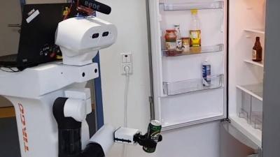 У Німеччині представили робота, який приносить пиво з холодильника: відео