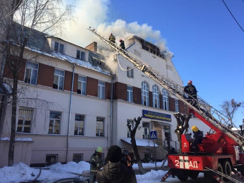 УЧернівцях вбудівлі транспортного коледжу сталася масштабна пожежа